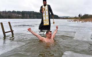 Купание в проруби на Крещение в 2022 году