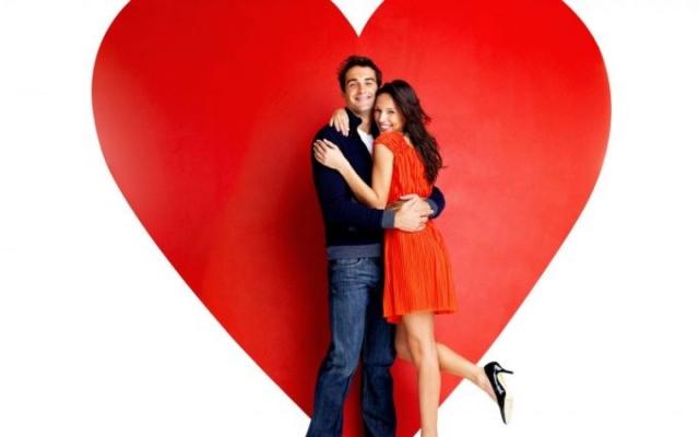 мужчина и женщина на фоне сердца