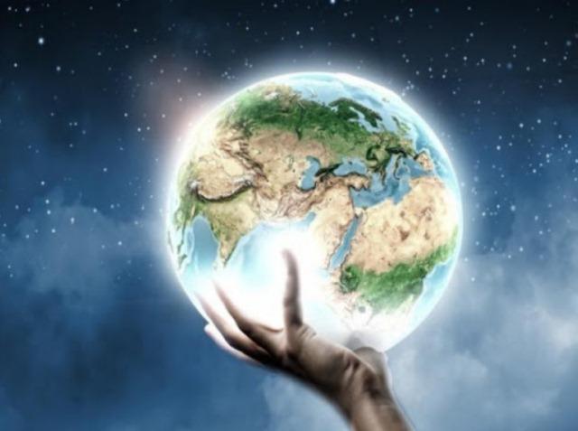 рука держит земной шар