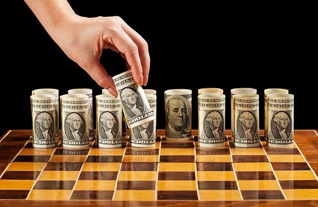 деньги на шахматной доске
