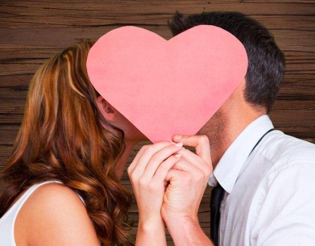 женщина и мужчина держат сердце
