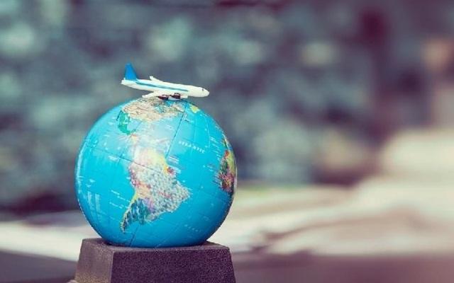 самолет на глобусе