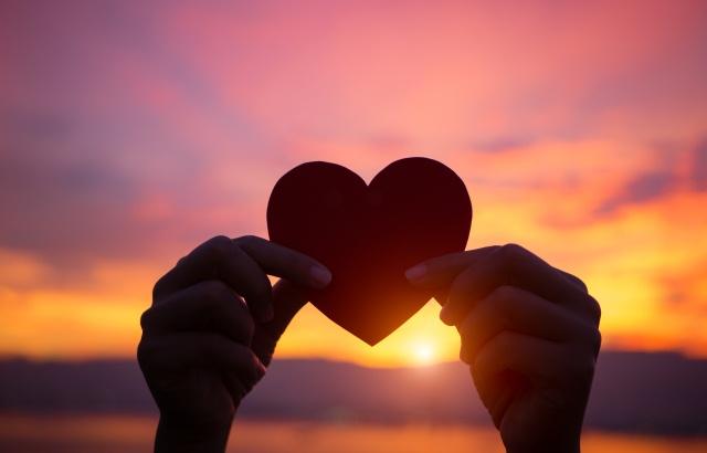 сердце на фоне неба