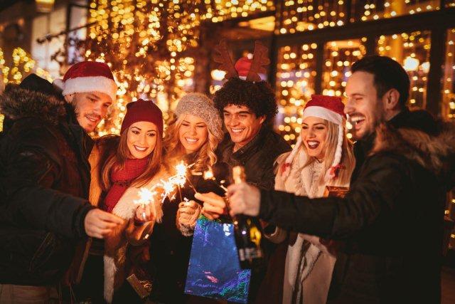 люди на улице в новый год