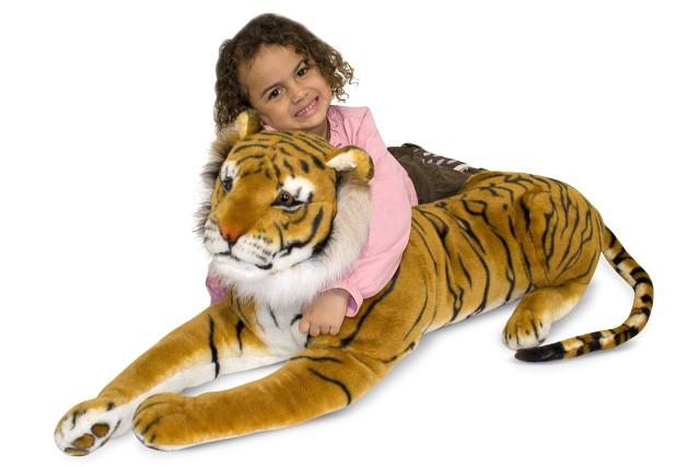 ребенок с игрушечным тигром