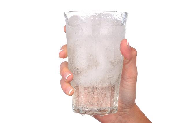 стакан со льдом в руке