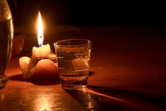 свеча и стакан воды